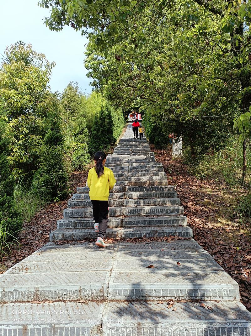 五一带上家人徒步爬荷叶寺,远眺远方非常惬意!